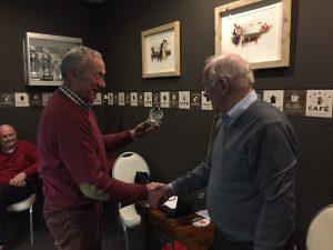 Henk Weijers, de wedstrijdleider, rijkt de 1e prijs uit.